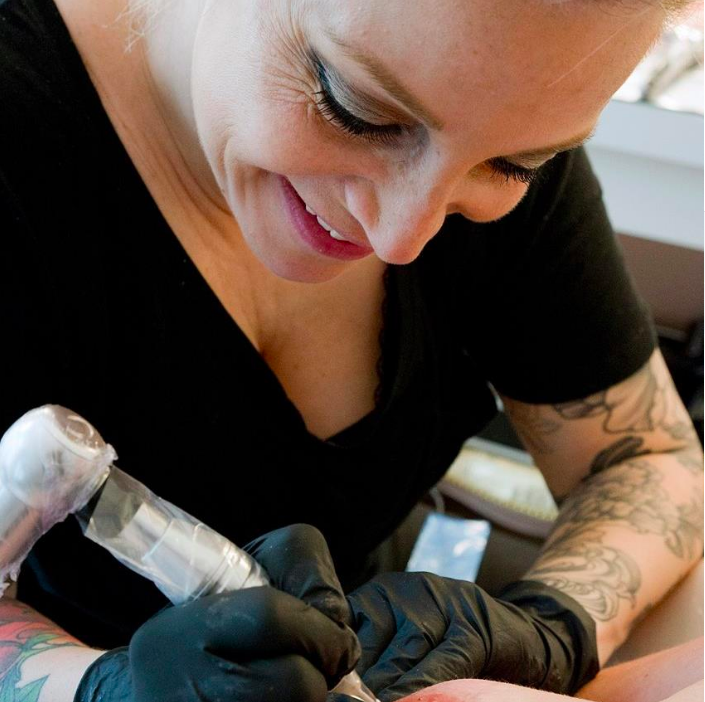 Alexia Cassar tatoueuse 3D réparatrice de seins